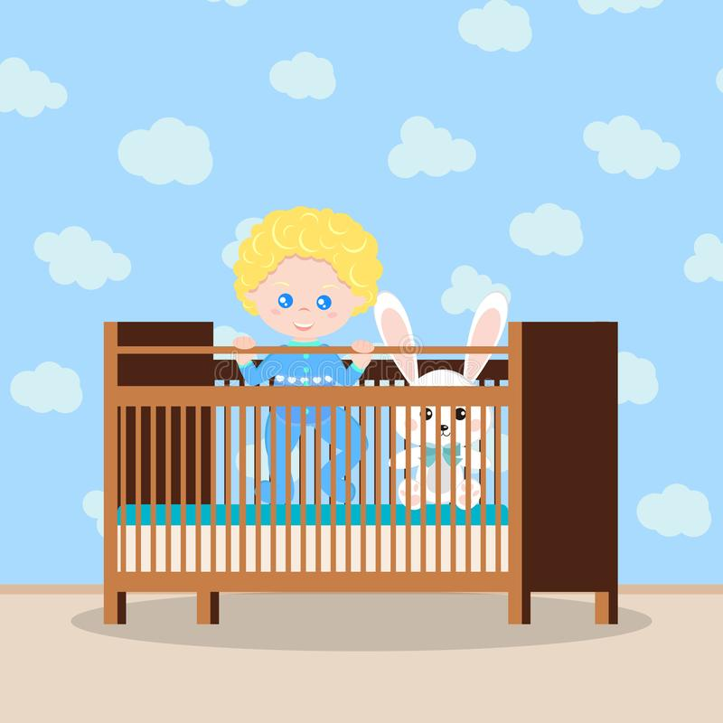 Bébé garçon heureux dans les vêtements de nuit bleus se tenant dans la huche en bois avec le jouet mou illustration libre de droits
