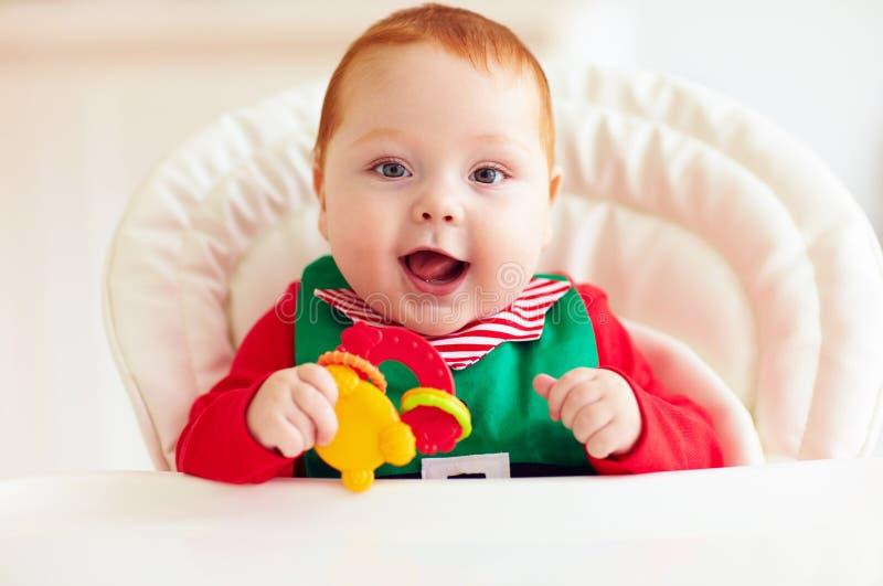Bébé garçon infantile heureux mignon dans le costume d'elfe se reposant dans le highchair photos libres de droits