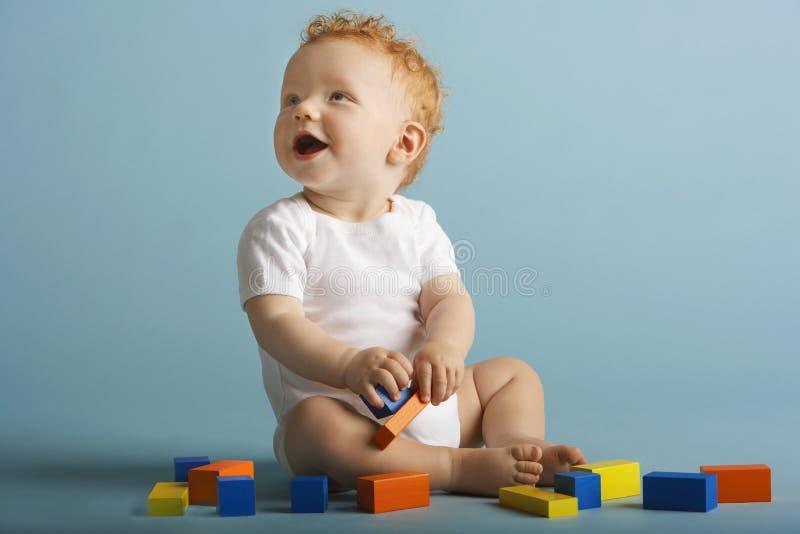 Bébé garçon jouant avec les blocs constitutifs photographie stock