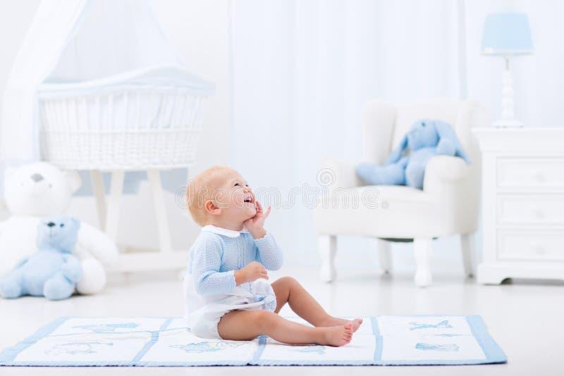 Bébé garçon jouant dans la chambre à coucher photos libres de droits