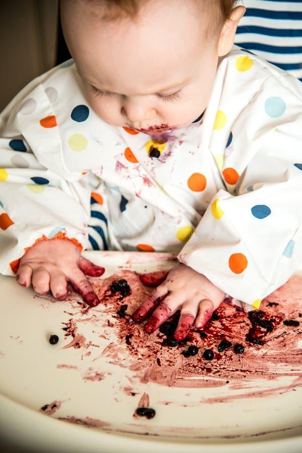 Bébé garçon mangeant des myrtilles image stock