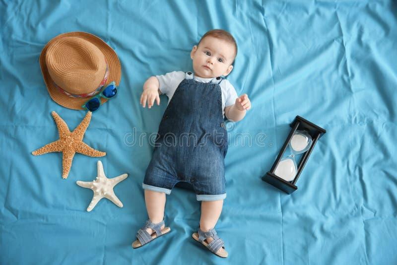 Bébé garçon mignon avec le mensonge d'étoiles de mer photographie stock
