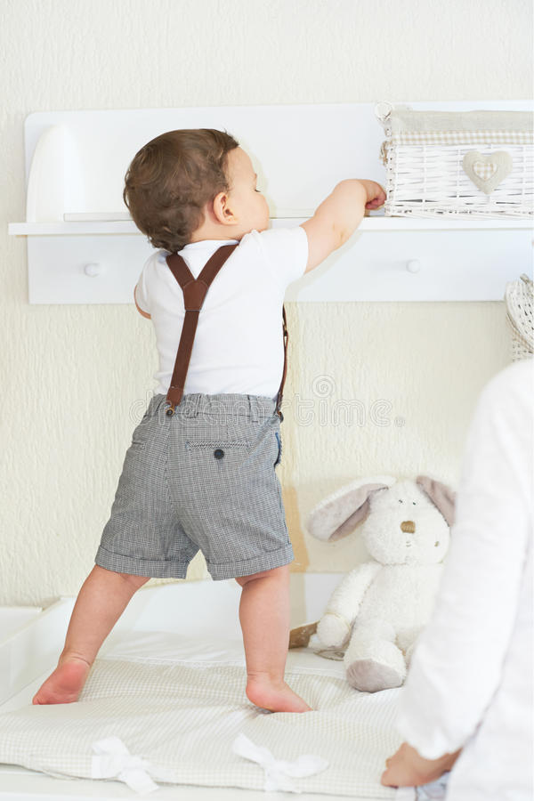 Bébé garçon mignon jouant à la maison, appréciant le himslef photographie stock libre de droits