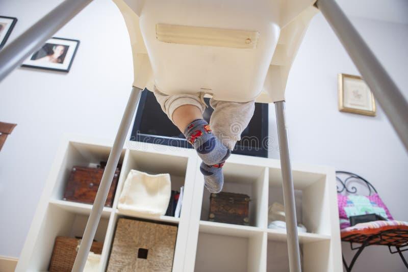 Bébé garçon regardant la TV sur son highchair images libres de droits