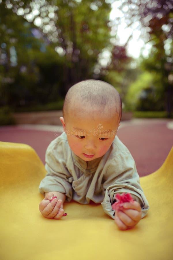 Bébé garçon sur le terrain de jeu photographie stock