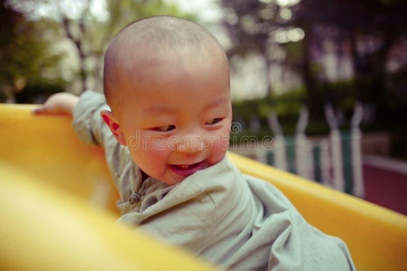 Bébé garçon sur le terrain de jeu photo libre de droits