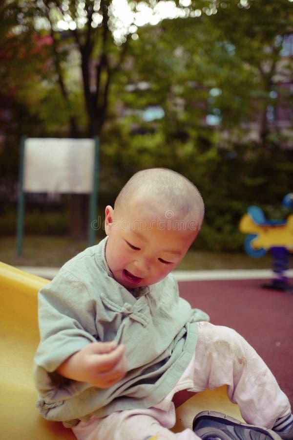 Bébé garçon sur le terrain de jeu images libres de droits