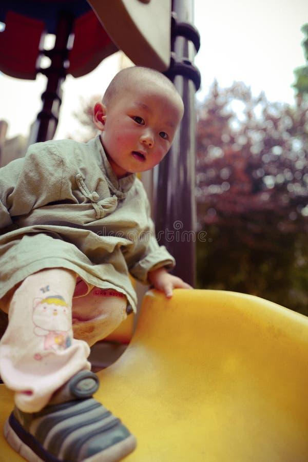Bébé garçon sur le terrain de jeu photos libres de droits