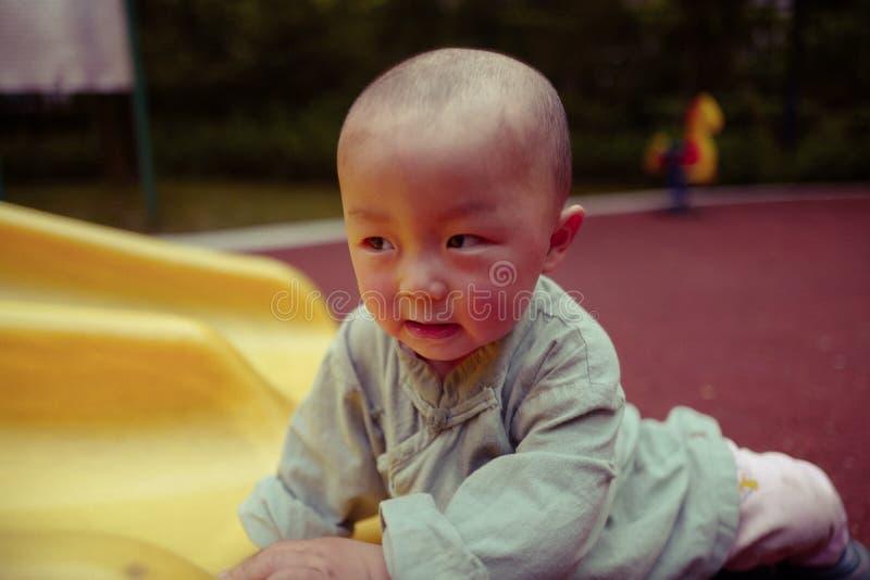 Bébé garçon sur le terrain de jeu image libre de droits