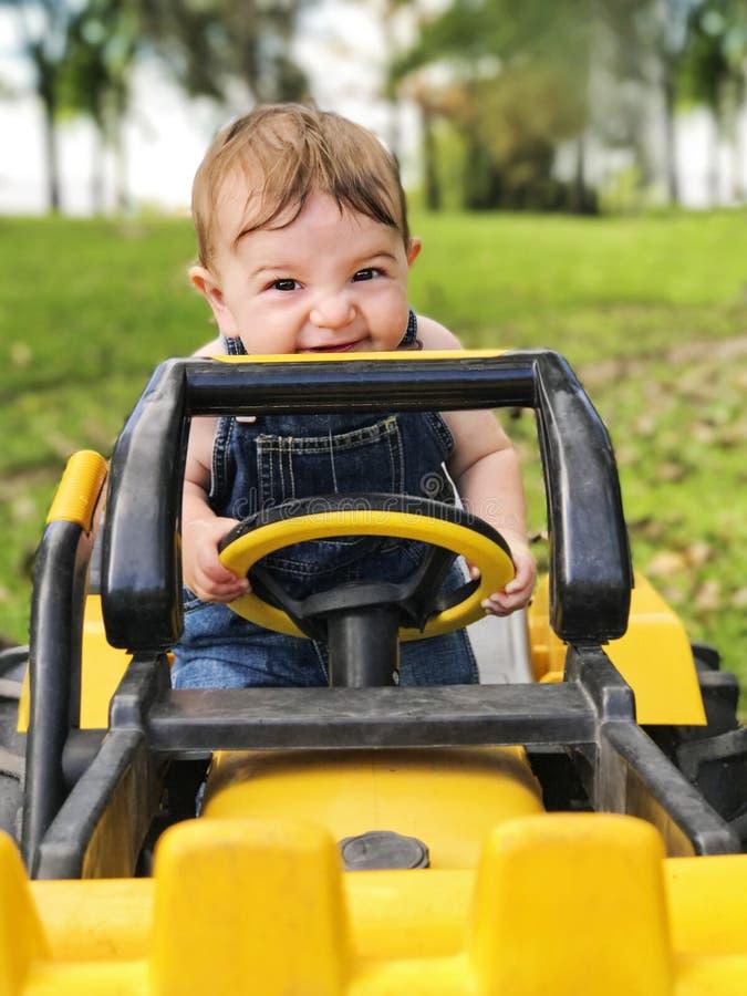 Bébé garçon sur le tracteur photo stock