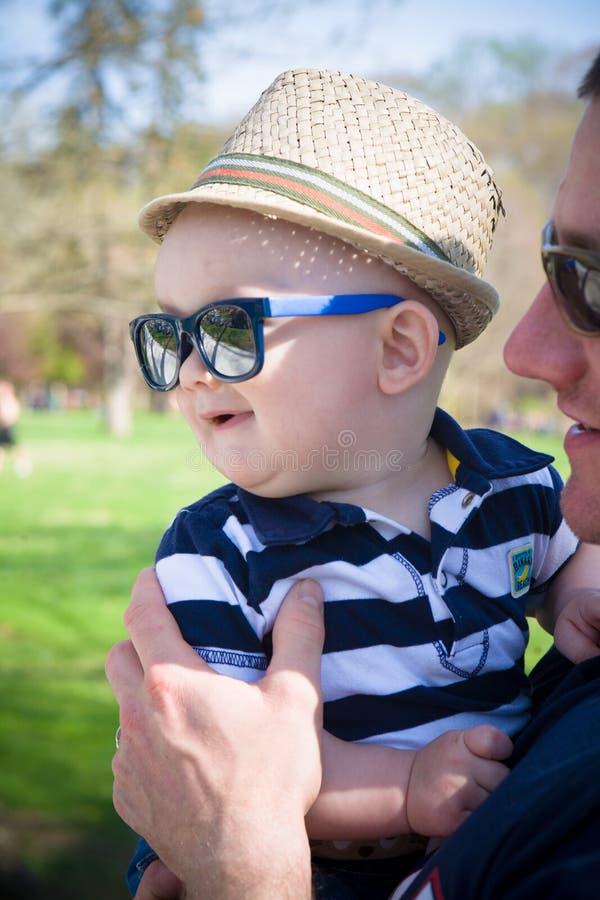Bébé heureux avec le papa images stock
