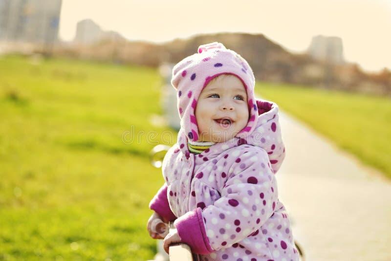 Bébé heureux en parc photos libres de droits