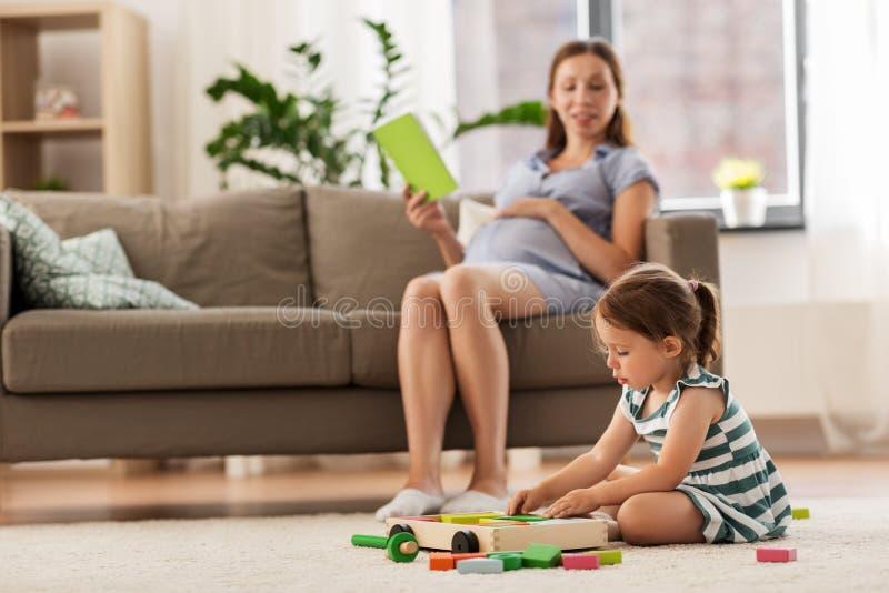 Bébé heureux jouant avec des blocs de jouet à la maison images stock