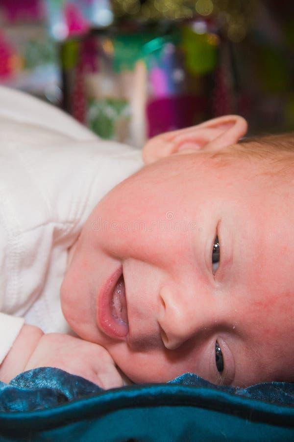 Bébé heureux le jour de Noël photos stock