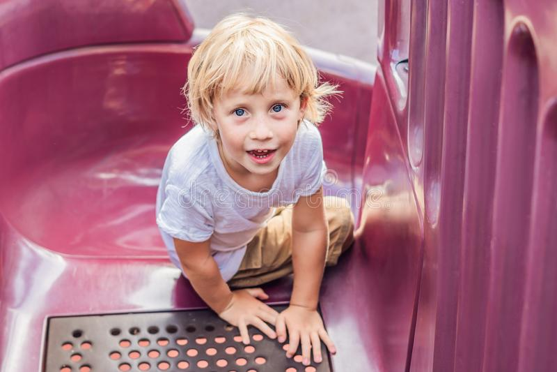 Bébé heureux mignon drôle jouant sur le terrain de jeu L'émotion du bonheur, amusement, joie photos stock