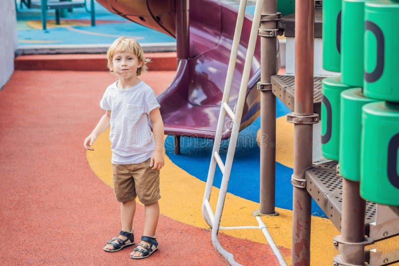 Bébé heureux mignon drôle jouant sur le terrain de jeu L'émotion du bonheur, amusement, joie photos libres de droits