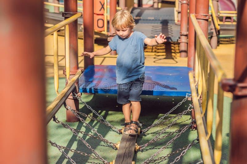 Bébé heureux mignon drôle jouant sur le terrain de jeu L'émotion du bonheur, amusement, joie image stock