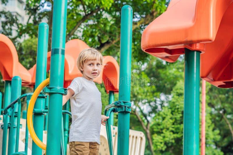 Bébé heureux mignon drôle jouant sur le terrain de jeu L'émotion du bonheur, amusement, joie image libre de droits