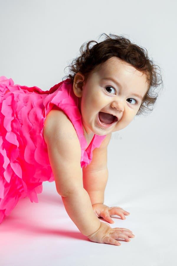 Bébé heureux superbe regardant outre de l'appareil-photo photo libre de droits