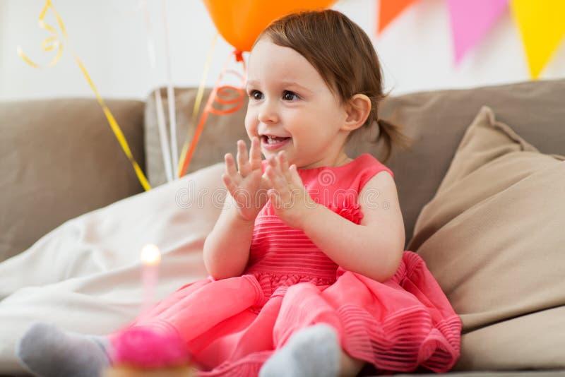 Bébé heureux sur la fête d'anniversaire à la maison photos stock