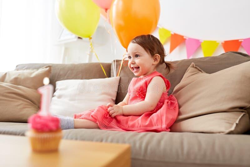 Bébé heureux sur la fête d'anniversaire à la maison image libre de droits