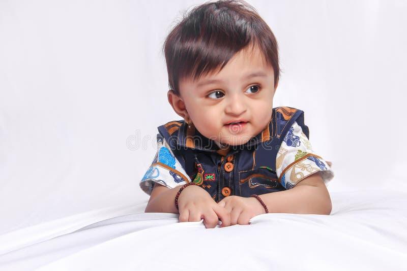 Bébé indien dans le T-shirt rouge photo stock