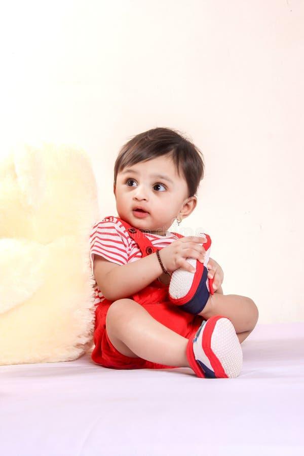 Bébé indien dans le T-shirt rouge photographie stock libre de droits