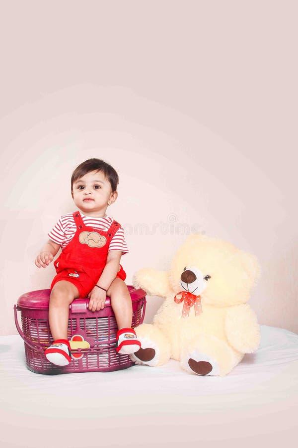 Bébé indien dans le T-shirt rouge images stock