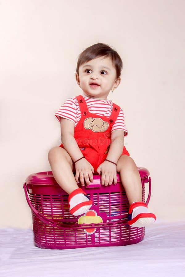 Bébé indien dans le T-shirt rouge image libre de droits