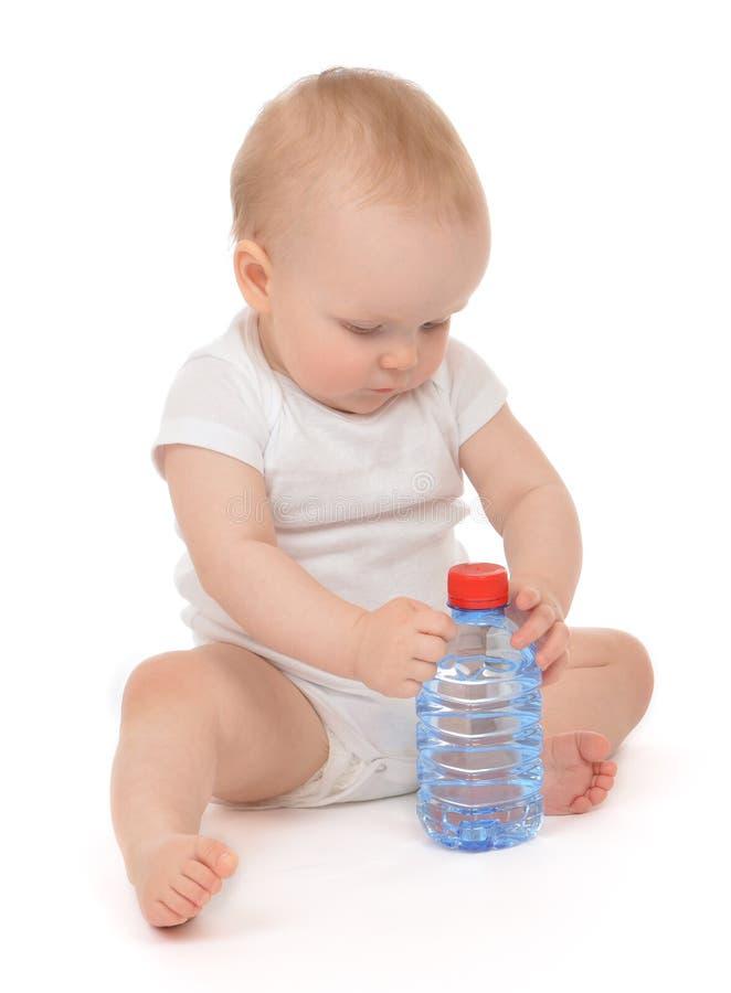Bébé infantile d'enfant s'asseyant avec la grande bouteille d'eau potable photo libre de droits