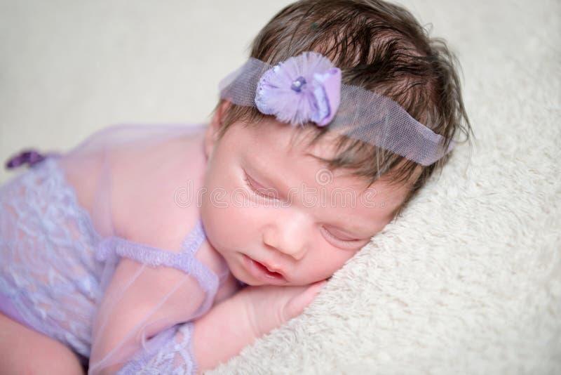 Bébé infantile dans l'équipement de violette de dentelle image libre de droits