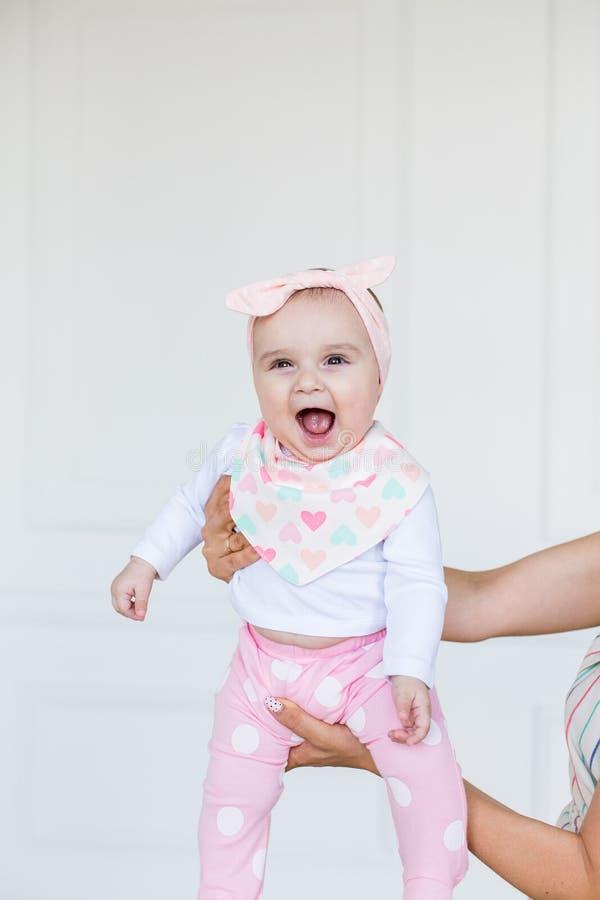 Bébé infantile heureux étant supporté dans le ciel par son parent Bébé mignon de sourire 6 mois images libres de droits