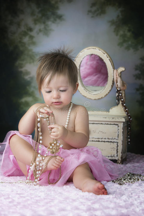 Bébé jouant à la raboteuse photos libres de droits