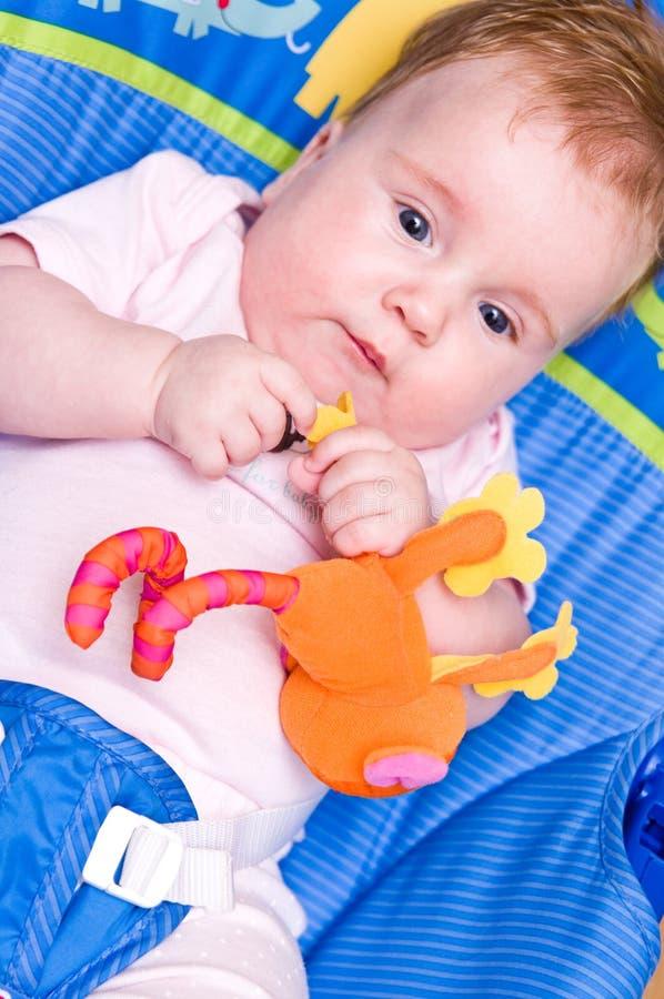 Bébé jouant avec des jouets image stock