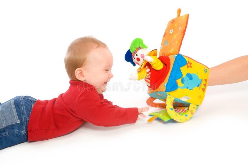 Bébé jouant avec des jouets images stock