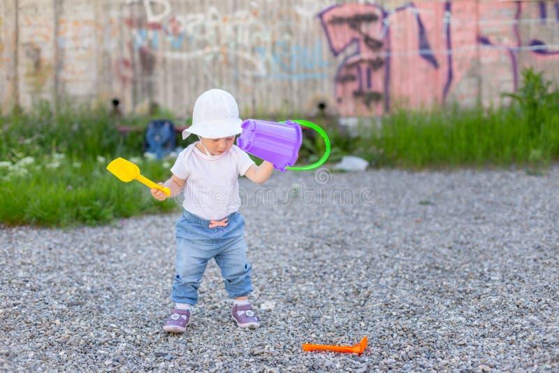Bébé jouant avec ses jouets dehors photo libre de droits