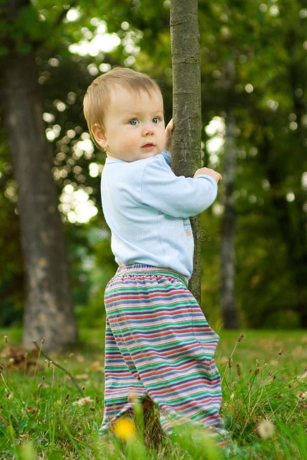 Bébé jouant dans la forêt photo stock