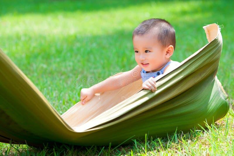 Bébé jouant sur la prairie image stock