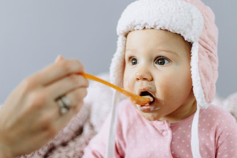 Bébé mangeant de la nourriture d'une cuillère image stock