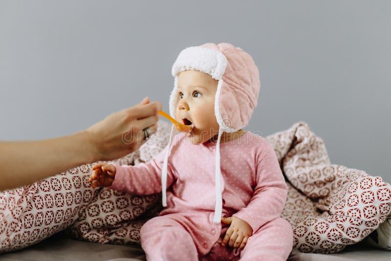 Bébé mangeant de la nourriture d'une cuillère photographie stock libre de droits