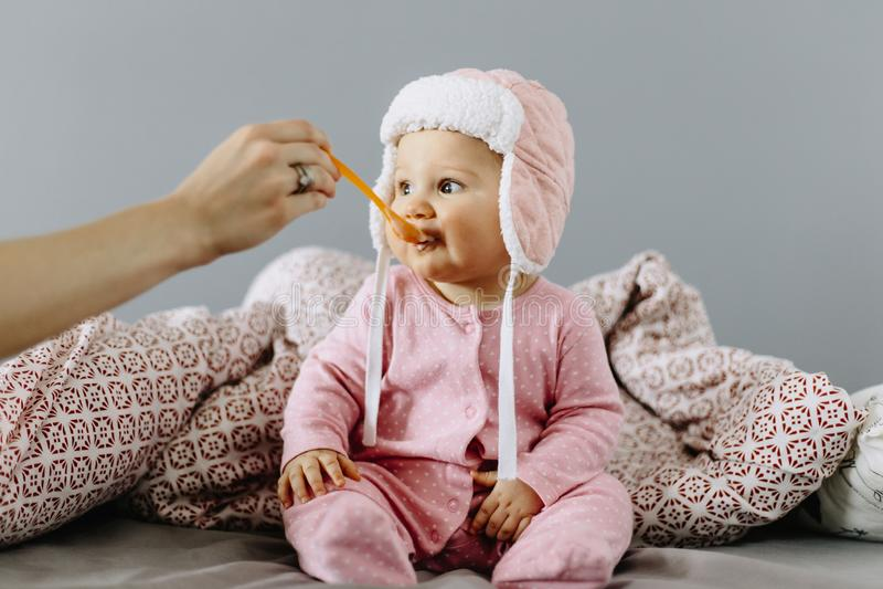 Bébé mangeant de la nourriture d'une cuillère photo stock