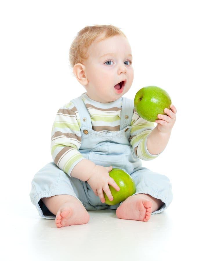 Bébé mangeant de la nourriture saine images libres de droits