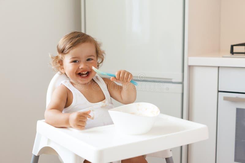 Bébé mangeant du fruit photos libres de droits