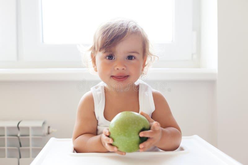 Bébé mangeant du fruit images stock