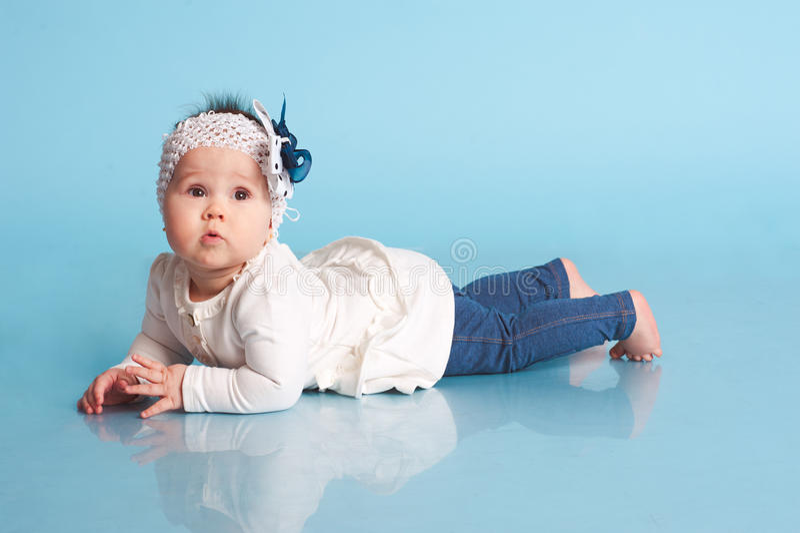 Bébé mignon dans la chambre photos libres de droits