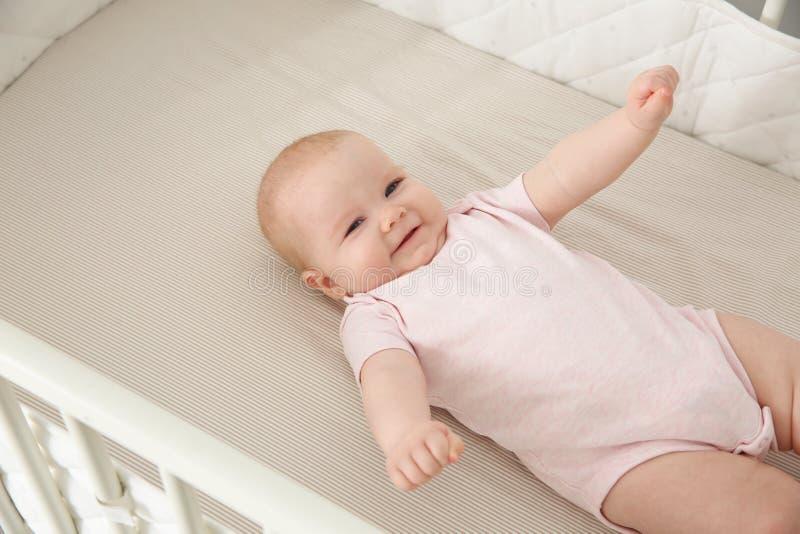 Bébé mignon dans la huche photo stock