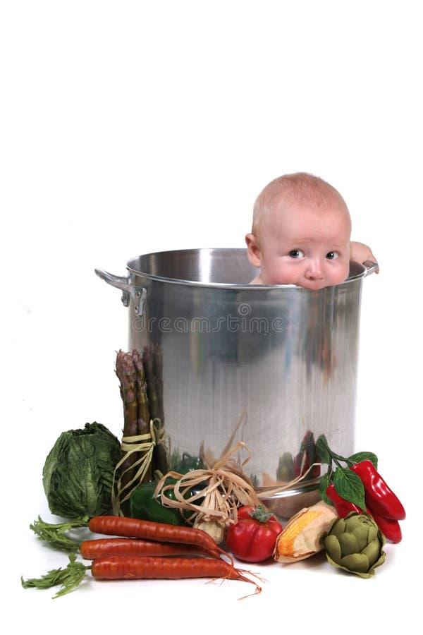 Bébé mignon dans le bac de chef photo stock
