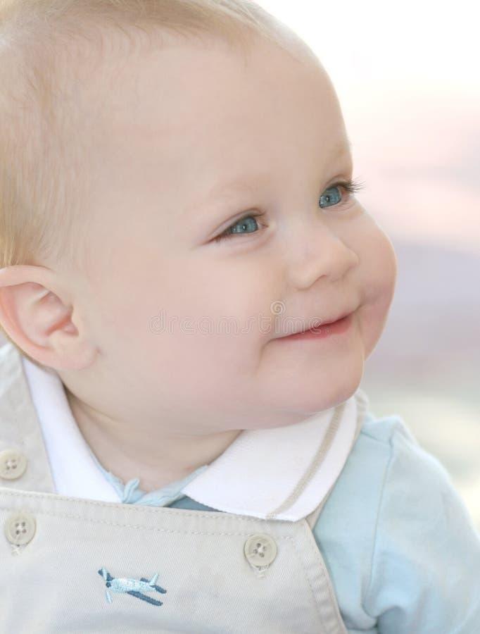 Bébé mignon et adorable avec des œil bleu photos stock