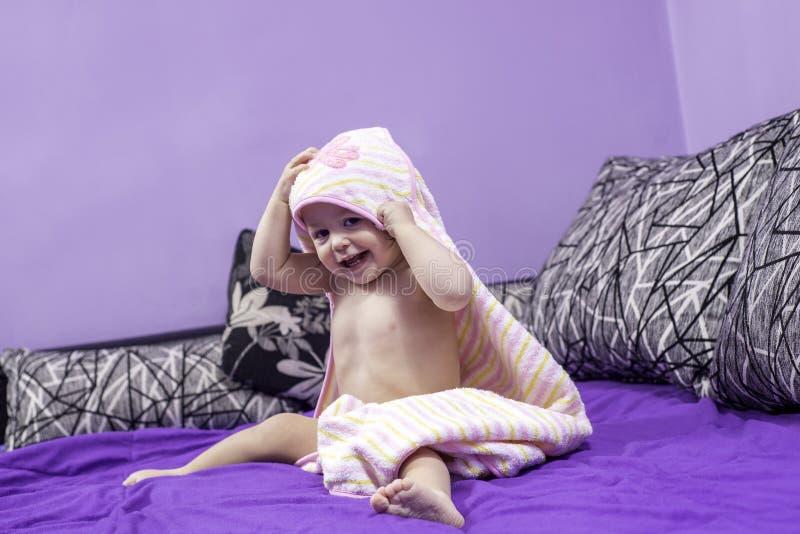 Bébé mignon et une serviette image stock