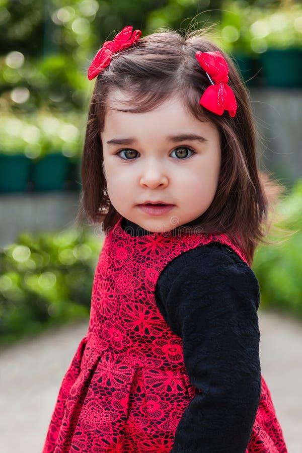 Bébé mignon, joli, heureux, souriant d'enfant en bas âge images stock